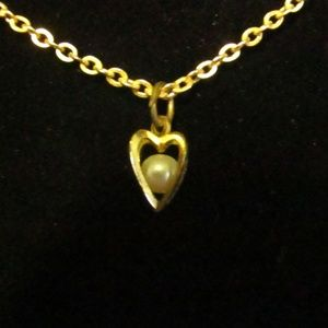 Jewelry - Vintage faux pearl in heart gold tone necklace